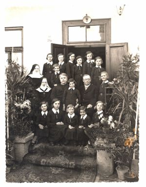 Фотокартка А. Волошина з дружиною у притулку для сиріт «Св. Родина» в Ужгороді, якому 17 березня 1919 р. виповнилося 45 років. Б/д.