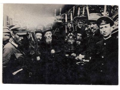 Єврейська делегація з Торою вітає Головного Отамана військ УНР С. Петлюру після його повернення з Галичини з Українською Галицькою армією. Фотокартка. Друга половина липня 1919 р