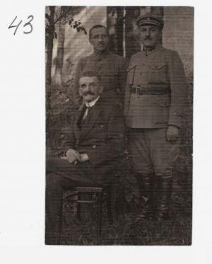 Фотокартка Є. Петрушевича з військовими. б/д.